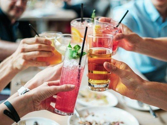 Названы пять мешающих похудению напитков
