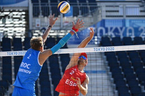 Семенов и Лешуков победили на старте турнира по пляжному волейболу на ОИ