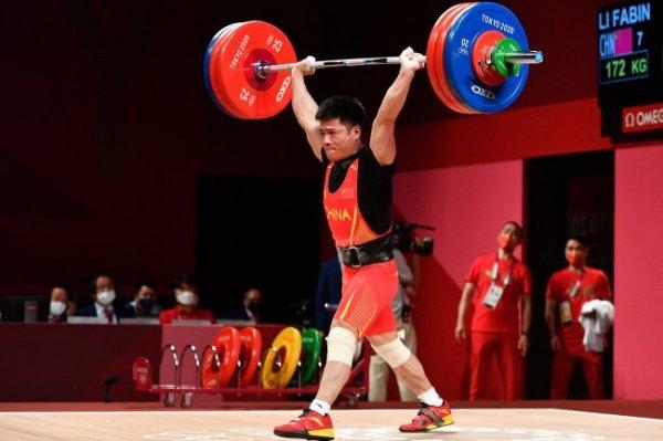 Китайский штангист Ли Фабинь завоевал золото Олимпиады в весе до 61 кг
