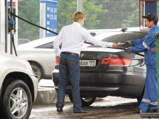 Цену на бензин сравнили с зарплатами и оценили место России