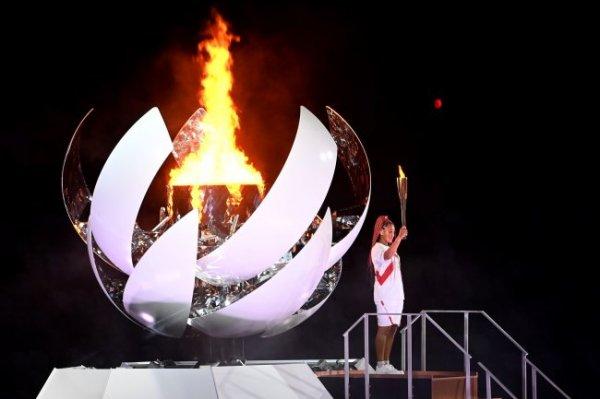 Зажигавшая огонь Олимпиады в Токио Наоми Осака проиграла в третьем круге