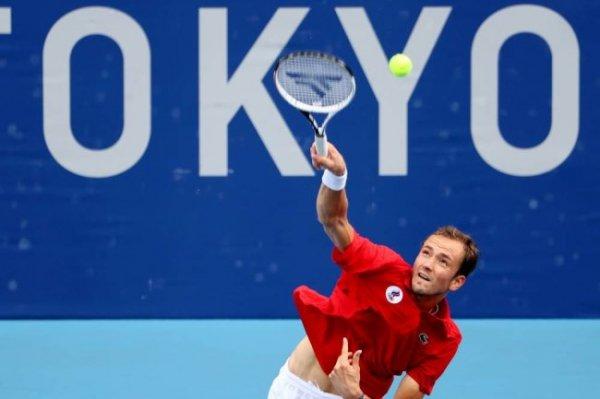 Медведев уверенно вышел в третий круг турнира