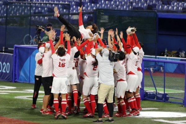 Сборная Японии по софтболу завоевала золотые медали домашней Олимпиады