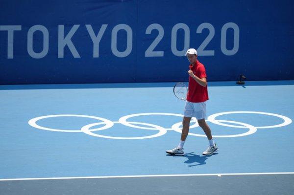 Медведев вышел в четвертьфинал теннисного турнира на Олимпиаде