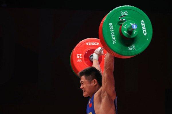 Штангист Люй Сяоцзюнь завоевал золото Олимпиады в Токио