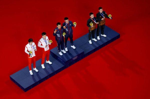 Линьчи Ван и Ян Ли стали олимпийскими чемпионами по бадминтону