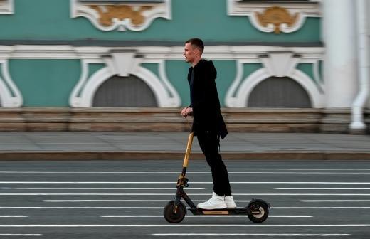 В Госдуме выступили за возможность ездить по велодорожкам на электросамокатах