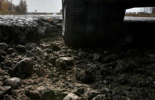 Ремонт дорог в селе в Омской области ускорят после обращения жителей к Меркель