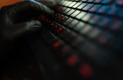 Аналитики назвали уязвимыми для хакеров 57% веб-приложений банков и интернет-магазинов