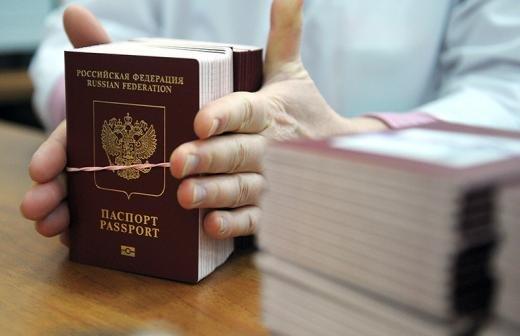 Комиссия правительства одобрила идею изымать загранпаспорта у должников