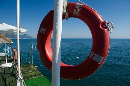 Четырех россиян на надувном матраце и круге унесло в открытое море