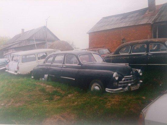 В заброшенной деревне после смерти владельца остались 350 советских автомобилей