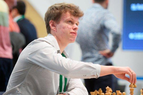 Артемьев обошел чемпиона мира Карлсена на онлайн-турнире по шахматам