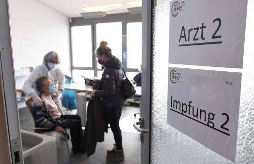 Выработка антител после прививки Pfizer и Moderna снижается через 3 месяца