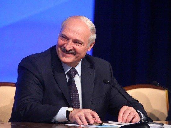 Лукашенко похвастался подаренной картиной, где он «бегает с Колей с автоматом»