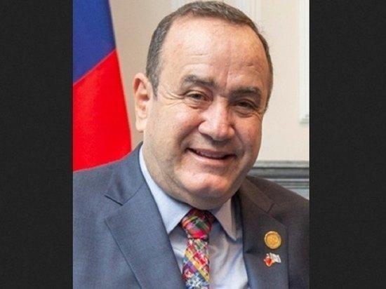 NYT: Россияне подкупили президента Гватемалы ковром с деньгами