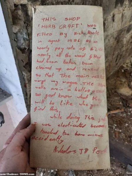 Мужчина нашел в стене мрачную записку от строителя сорокалетней давности