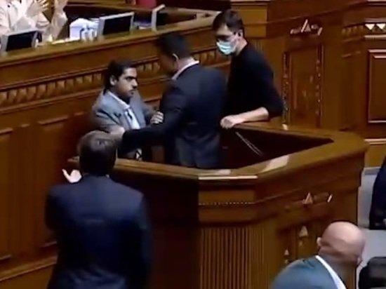 Подравшийся с коллегой депутат Рады назвал Зеленского больным