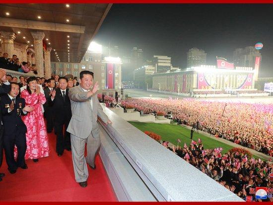 На военном параде в Северной Корее показали конницу и трактора