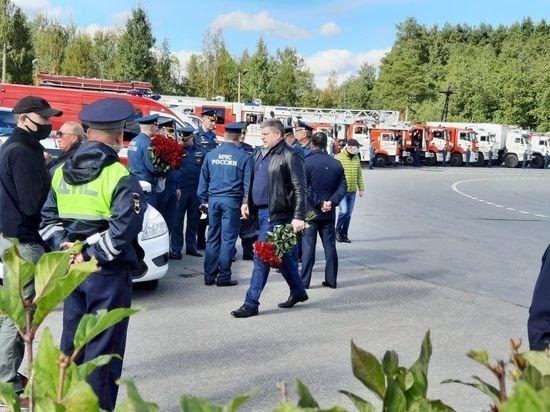 Перед похоронами Зиничева в Петебурге выстроили огромную колонну техники МЧС