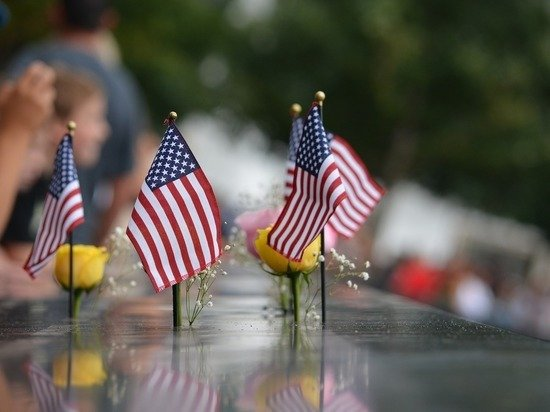 Байден возложил венок у Пентагона в память о жертвах терактов