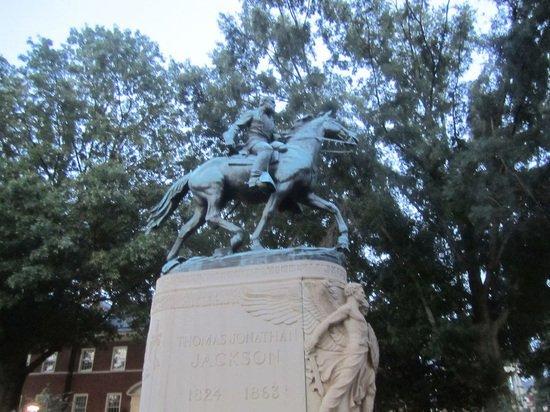 В США в основание статуи генерала Ли установили «капсулу времени»