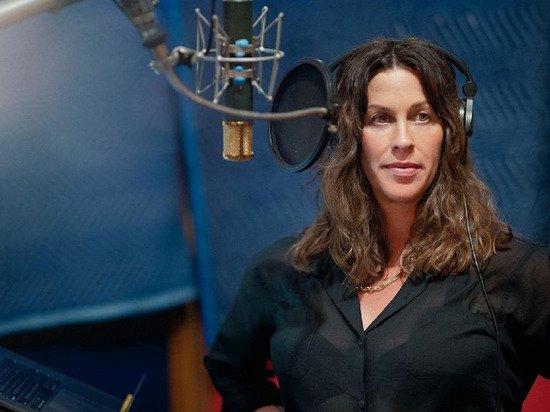 Певица Аланис Мориссетт рассказала, что в 15 лет ее изнасиловали несколько мужчин
