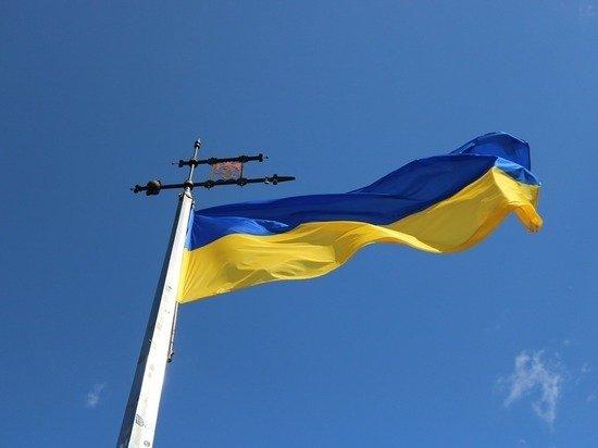Чиновники Николаева закрыли дыру в потолке флагом Украины