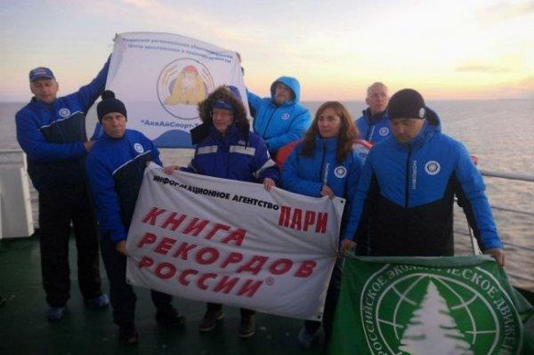 Тюменские моржи совершили арктический заплыв между ледоколами
