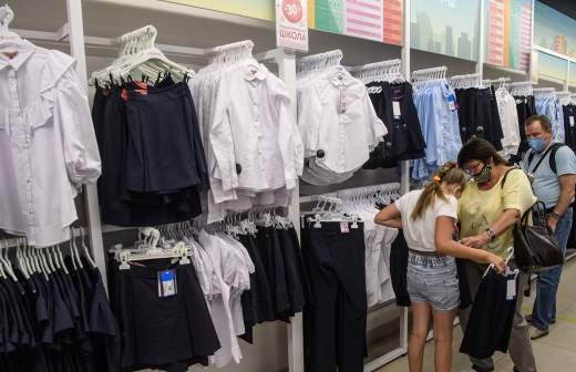 Россияне начали скупать зимние ботинки и шубы