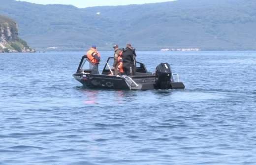 Потерпевший крушение вертолет Ми-8 подняли на поверхность Курильского озера