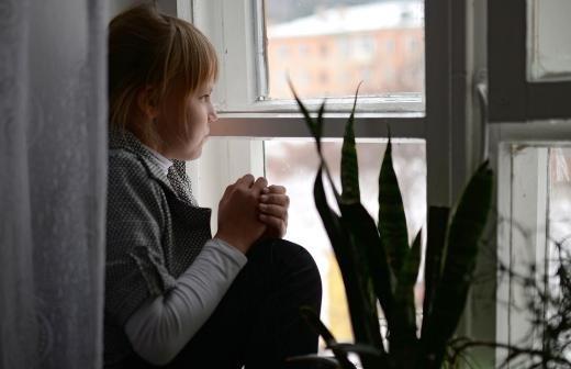 Кадры с привязанным к стулу ребенком опубликовали в соцсетях