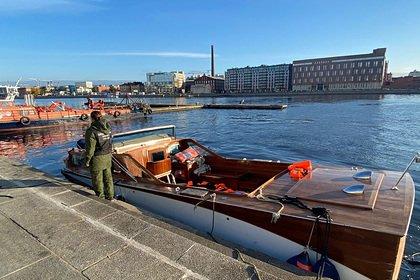Катер с людьми на борту столкнулся с мостом и затонул в Петербурге