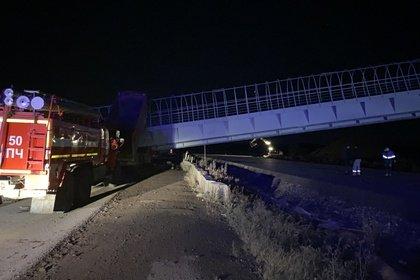В российском регионе при обрушении пешеходного перехода на машины погибли люди