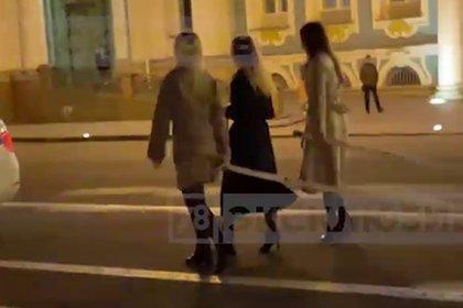 В центре Петербурга трех девушек запрягли в карету вместо коней