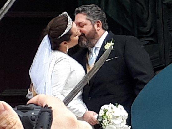 Журналисты заставили Георгия Романова целоваться с женой на венчании