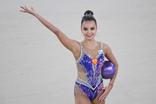 Гимнастка Дина Аверина победила в упражнении с мячом на турнире в Москве