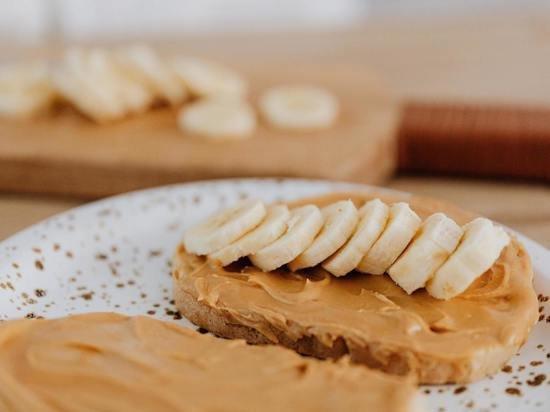 Ученые определились, что полезнее: миндальное или арахисовое масло