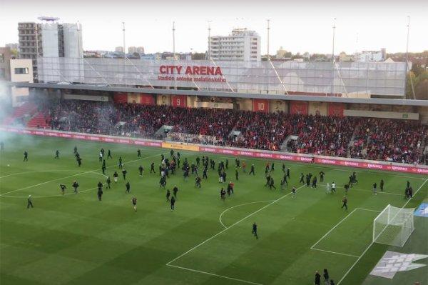 Видео: Фанаты устроили массовую драку на поле в матче чемпионата Словакии